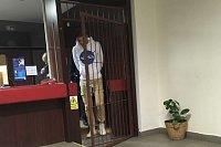 Leon F. Běčák na policejní služebně, kam ho dostal chybný test na drogy.