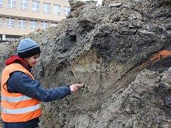 Archeoložka Barbara Marethová ve výkopu stavby v místech, kde se našly dávné střepy.