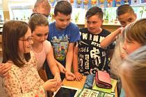 Anežka Laryšová (vlevo s brýlemi) v kroužku svých spolužáků.