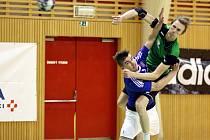 Karvinští hráči (v zeleném Dominik Solák) dobyli palubovku Frýdku-Místku.