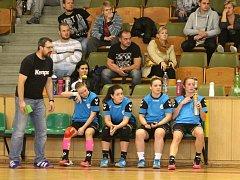 Trenér Tomáš Bednařík se svými hráčkami. Ty stále sbírají potřebné zkušenosti.