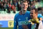 Brankář Vladimír Neuman (na snímku s Janem Moravcem) měl po utkání důvod k úsměvu. Karviná porazila Příbram 2:0.