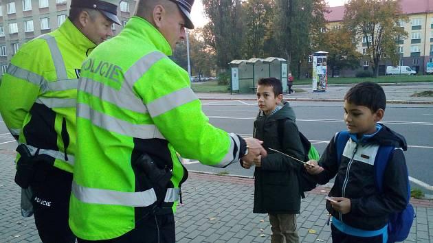 Nebuďte neviditelní! To se snažili vysvětlovat policisté chodcům na několika místech regionu při úterní akci.