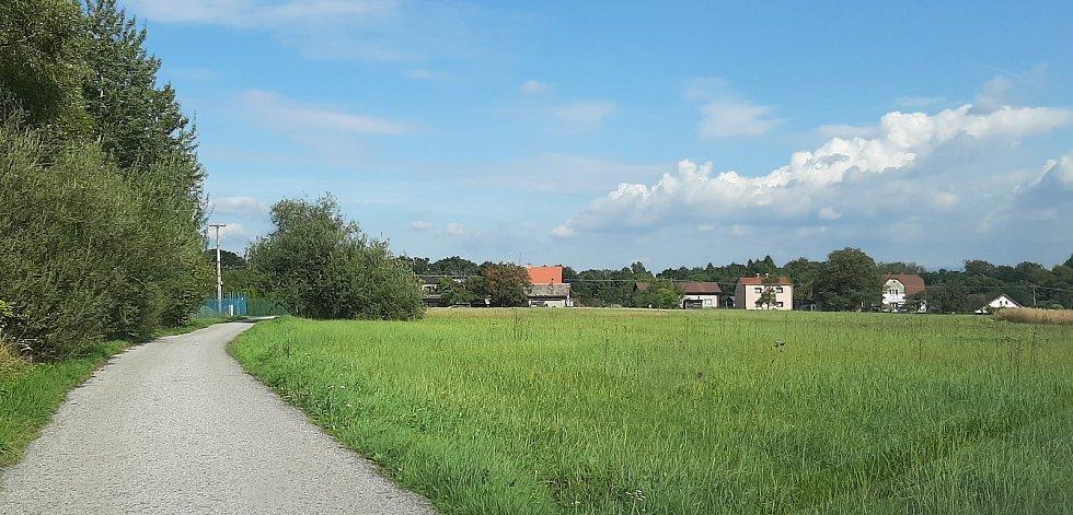 Karviná-Louky. Z původní obce zbylo torzo poté, co její velká část padla v 80. letech za oběť těžbě uhlí. Pohled na osadu Kempy.