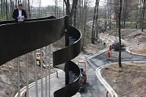 Poslední práce v novém parku mezi ulicemi Mládí a Jarošova na Šumbarku.