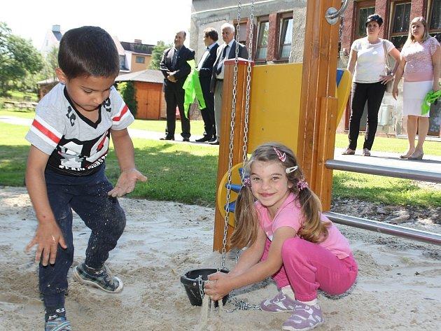 Děti ze Čtyřlístku mohou dovádět na novém hřišti.