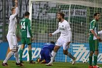 Karvinští fotbalisté (v bílém) porazili pražskou Bohemku až nečekaně jasně 3:0.