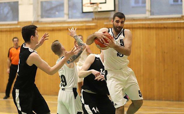 Basketbalisté Karviné (vbílém) skončili vsemifinále na brněnském týmu SAM. Po velkém boji!