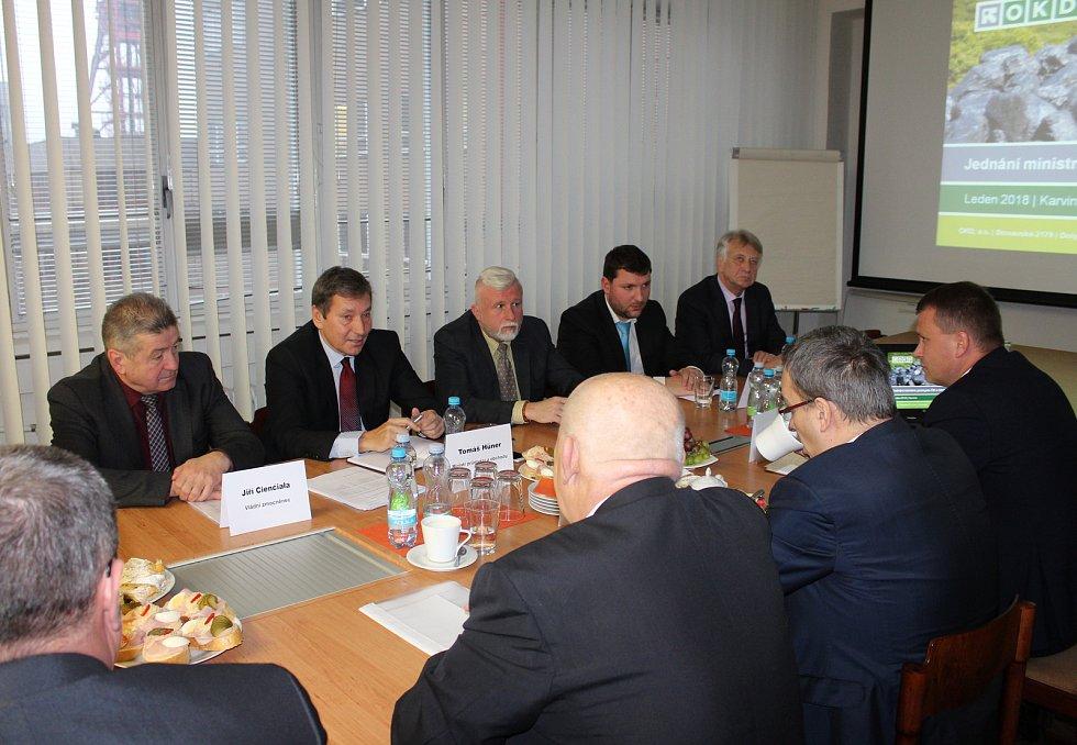 Snímek z jednání ministra průmyslu Tomáše Hünera (druhý zleva) s vedením OKD.