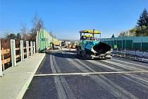 Po zimní pauze bude pokračovat loni zahájená rekonstrukce mostů silnice I/48 v Českém Těšíně. Kompletní oprava mostních objektů na obchvatu města opět startuje od pondělí 29. března 2021.