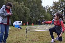 Dominika Hoťková (vpravo) právě úspěšně dokončila disciplínu plížení.