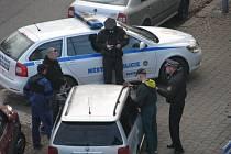 Zákrok strážníků proti podezřelým mužům.