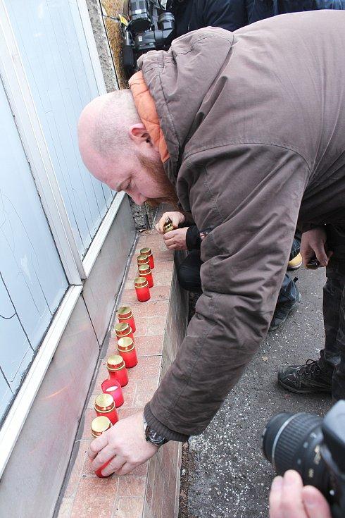 U stonavského Dolu ČSM někteří lidé zapalují svíčky za zahynulé horníky.