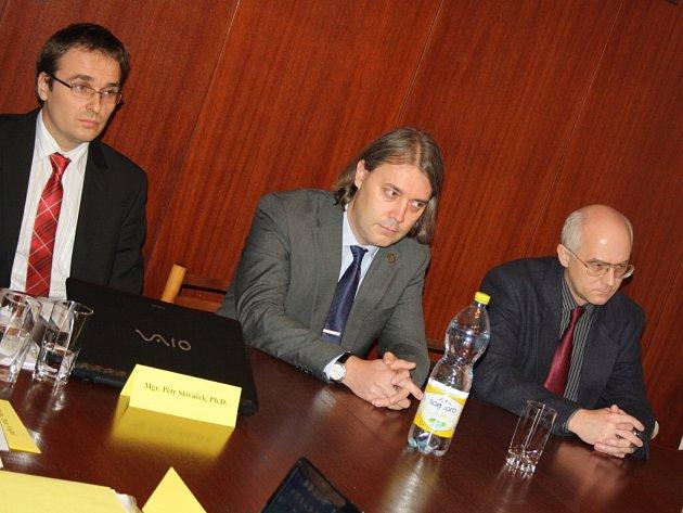 Rektor Slezské univerzity Pavel Tuleja (uprostřed).