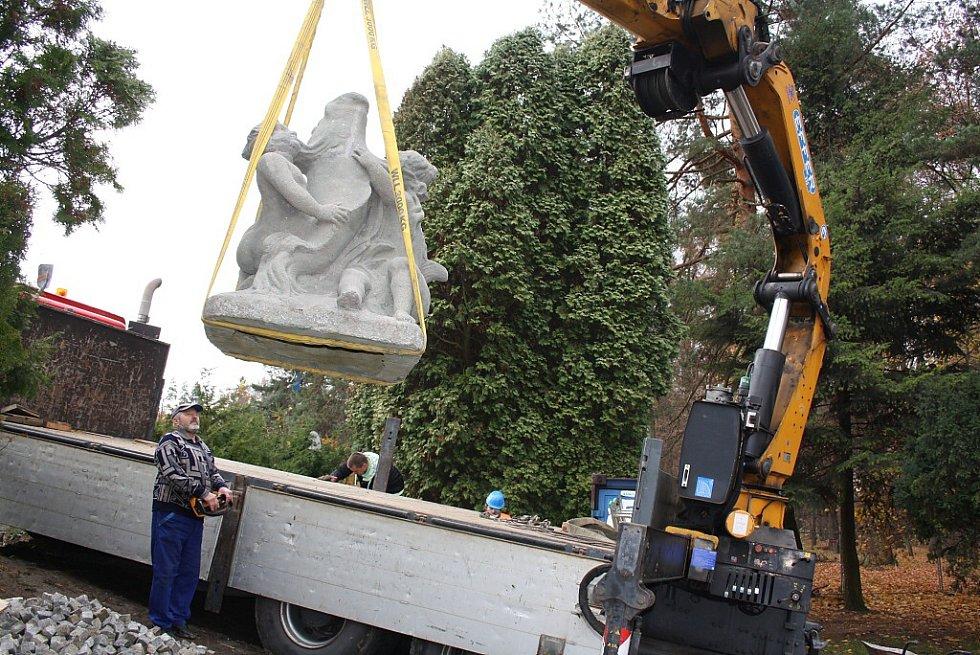 Karvinská socha puttů s delfínem a fontánkou se vrátila na své původní místo v kašně v karvinském zámeckém parku.