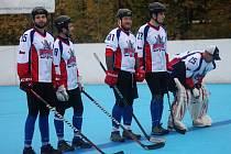 Karvinští hokejbalisté se radují z dalších bodů.