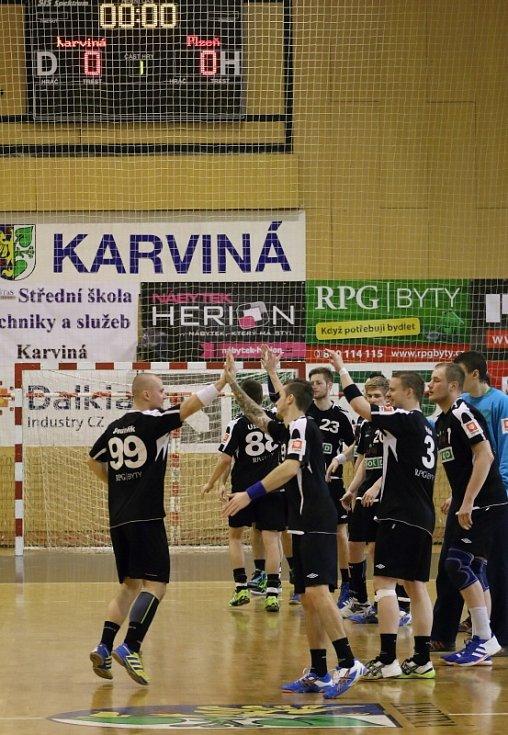 Karvinští házenkáři (v černém) zdolali doma první Plzeň.