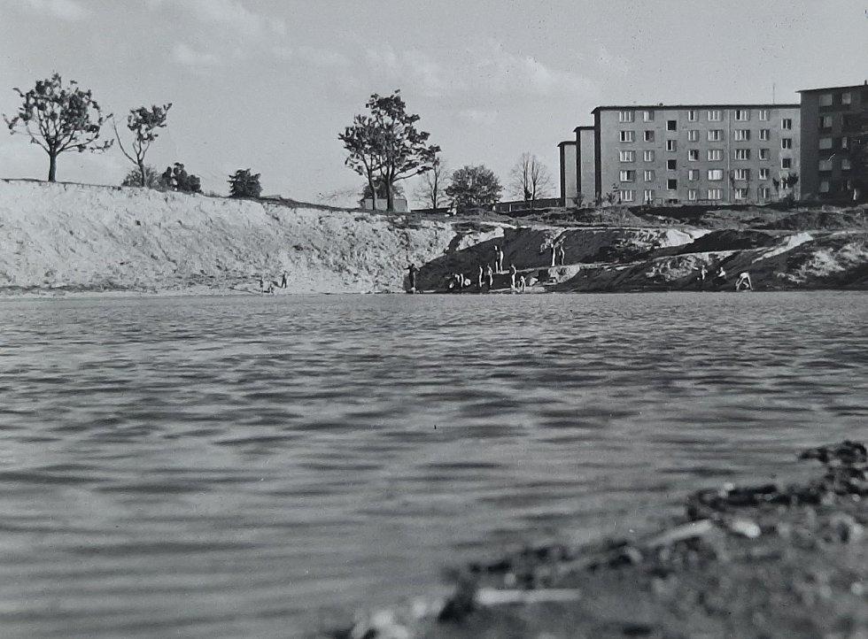 Karviná-Mizerov. Historická fotografie a pohled na vodní nádrž zvanou Pískovna někdy na přelomu 60.  70. let minulého století.