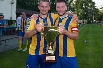 Třetí trofej získal se svými spoluhráči Jaroslav Kubinski (vpravo). Radost z dalšího poháru mohl sdílet i s hokejistou Ondrejem Šedivým.