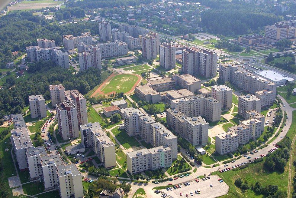 Letecký snímek orlovského sídliště Pátá etapa. Místo, kde problémy s parkováním ve městě patří mezi největší.
