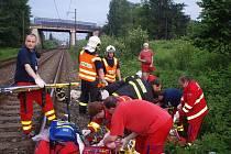 Se zlomeným žebrem a otevřenou zlomeninou nohy skončila v nemocnici devětatřicetiletá žena, kterou v sobotu večer krátce po 19. hodině zranil vlak v Chotěbuzi nedaleko Rybího domu.