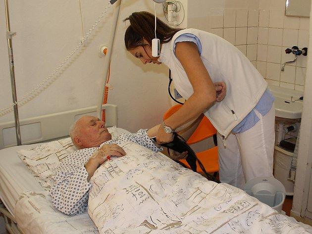 Zdravotní sestra Veronika Ondráčková při ošetřování hospitalizovaného pacienta v havířovské nemocnici.