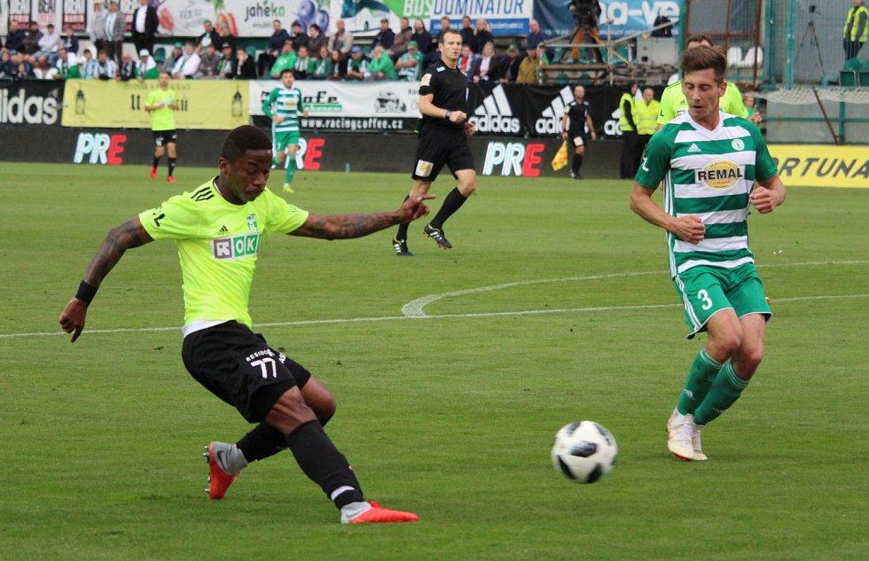 Karvinští fotbalisté (razicí dresy) uhráli v Ďolíčku bezbrankovou remízu.