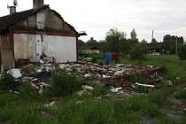 Ruiny a nepořádek v někdejší hornické kolonii v Horní Suché.