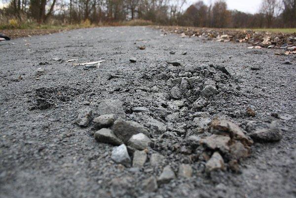 Cyklostezka mezi řekou Lučinou a Mezidolním potokem krátce před svým oficiálním otevřením. Povrch stezky zmlatu není odolný.