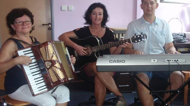 Dobrovolnictví je i hudební kapela pro klienty stacionáře. Bohdana Pufferová (uprostřed) při zkoušce s dalšími dobrovolníky.