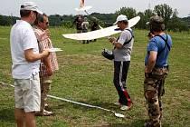 Přes dvacet modelářů z blízkého i vzdálenějšího okolí se v sobotu dopoledne setkalo na dinoletišti v Doubravě (areál bývalého Dolu Doubrava), aby změřili síly v ovládání větroňů.