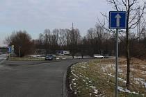 Dopravní značky na Ostravské ulici v Havířově někdo umístil v rozporu se zákonem. Značka Jednosměrný provoz vede auta do obousměrného úseku, kde hrozí čelní srážka.