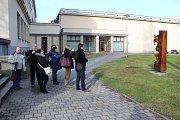Poznávací procházka Havířovem zaměřená na sochy. Dřevěný kašpárek u KD Petra Bezruče.