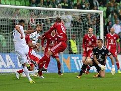 Fotbalisté Karviné (v bílém) prohráli doma se Sigmou 3:5.