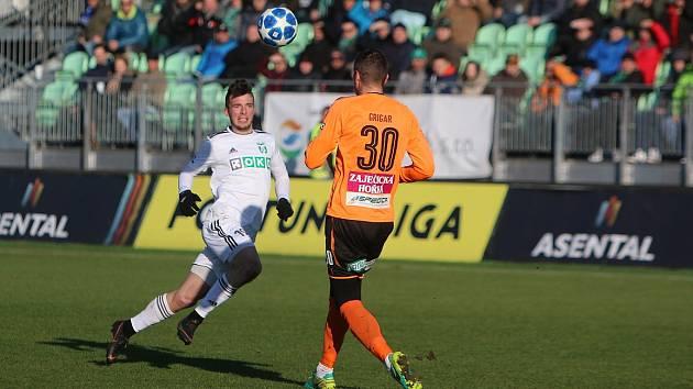 Petr Galuška (v bílém) dostal šanci v karvinském základu a nezklamal.