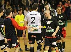 Házenkáři Karviné (v černém) prohráli doma s Plzní i potřetí a končí v semifinále play-off.