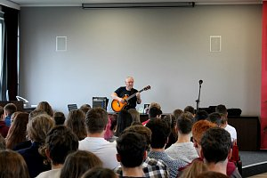 Jan Kryl připomněl studentům boj za svobodu formou písní i příběhů.