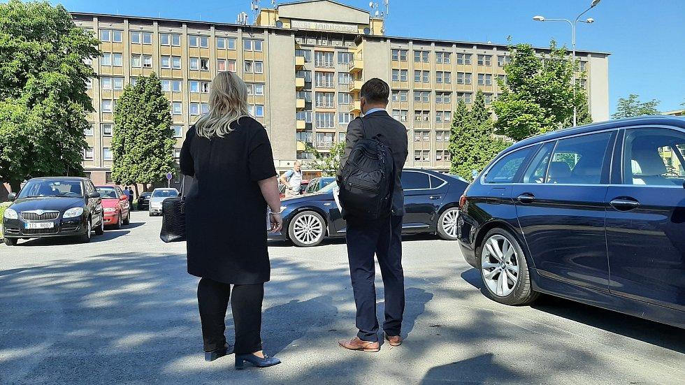 Karviná, návštěva ministryně  pro místní rozvoj Kláry Dostálové (ANO), 10. června 2021. Setkala se mj. s generálním ředitelem společnosti Heimstaden Janem Rafajem (vpravo).