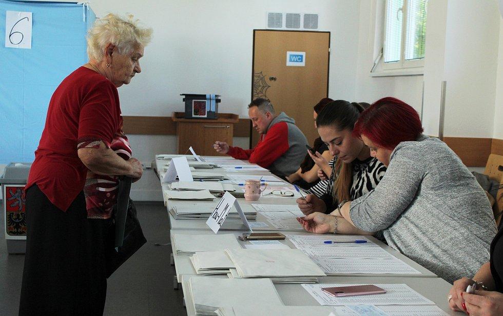 Na Karvinsku přicházeli první voliči už krátce po otevření volebních okrsků.