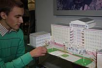 Student Jakub Morávek se svým modelem magistrátního komplexu.