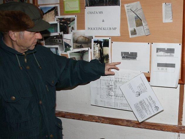 Havířovští myslivci připravují rekonstrukci své chaty. Předseda Václav Přeček ukazuje, jak bude chata vypadat.