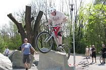 Sportovně odpočinková zóna na havířovském Nábřeží si vysloužila ocenění. Na snímku biketrialista na překážkách.