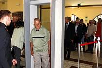 Bezpečnostní kontrola před zasedáním zastupitelstva v Havířově.