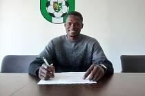 Abdulrahman Taiwo při podpisu smlouvy.
