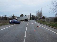 Nehoda kamionu s osobním automobilem.