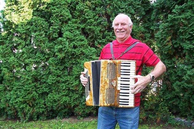 František Brůna, usměvavý pohodář se svou oblíbenou harmonikou.