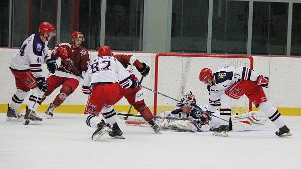 Hokejisté Frýdku (včerveném) si poradili sKarvinou.