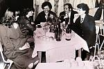 Společenský večírek při oslavách Mezinárodního dne žen v roce 1983.
