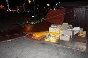 Vítr zdemoloval prodejní stánek ve vánočním městečku v centru Havířova a další poškodil.