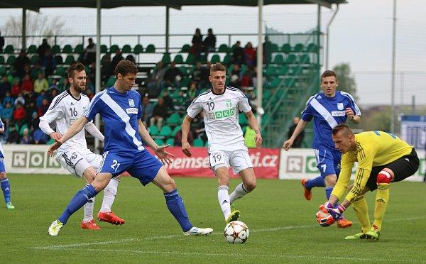 Derby mezi Karvinou a Frýdkem-Místkem (vmodrém) přineslo jediný gól.